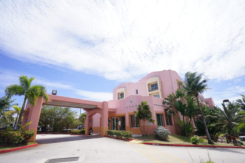 ピンク色の可愛いホテル「ホテル サンタフェ グアム」