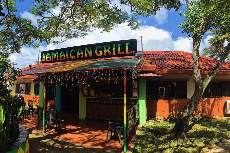 スパイシーなソースが病みつき!グアムでカラフルでかわいいお店の「ジャマイカングリル」
