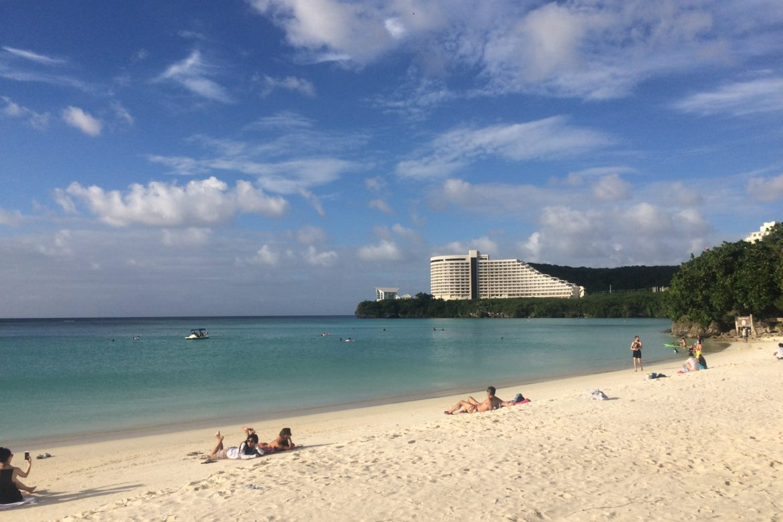 ホテル街からすぐに行けるビーチ「タモンビーチ」